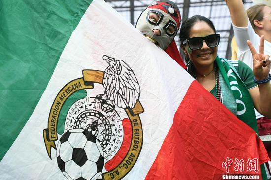 北京时间6月17日晚,世界杯小组赛F组迎来焦点之战,卫冕冠军德国队迎战墨西哥。上半场,墨西哥队防守反击相当出色,凭借洛萨诺禁区里的低射入网1-0取得领先。下半场,德国队虽多次形成围攻之势,但始终未能攻破墨西哥队的大门,本届世界杯首战爆冷,以0-1负于墨西哥。 <a target='_blank' href='http://www.chinanews.com/'>中新社</a>记者 田博川 摄