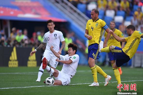 韩国队是继沙特、澳大利亚与伊朗之后,亚洲区第四支在本届世界杯上亮相的球队,此前三队一胜两负。本场比赛,效力于广州恒大的金英权(左二)同样表现出色。 <a target='_blank' href='http://www.chinanews.com/'>中新社</a>记者 田博川 摄