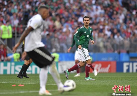 第73分钟,墨西哥队用完第3个换人名额,老将马科斯登场换下瓜尔达多,这是马科斯五度征战世界杯。 中新社记者 田博川 摄