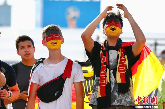 当地时间6月17日,德国和墨西哥球迷在加里宁格勒球迷广场观看两队比赛。当天,德国队对阵墨西哥队的比赛上演。 <a target='_blank' href='http://www.chinanews.com/'>中新社</a>记者 富田 摄