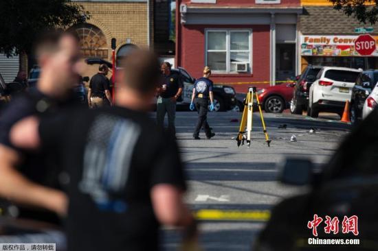 警方在现场发现多种武器。他表示,初步调查显示,这起事件与恐怖主义无关。