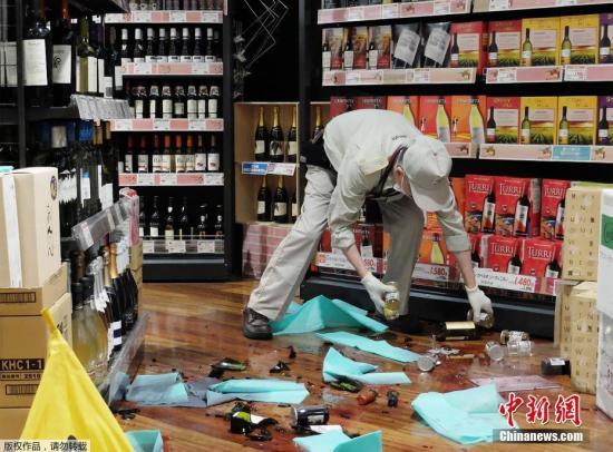 图为一家超市内红酒散落一地。