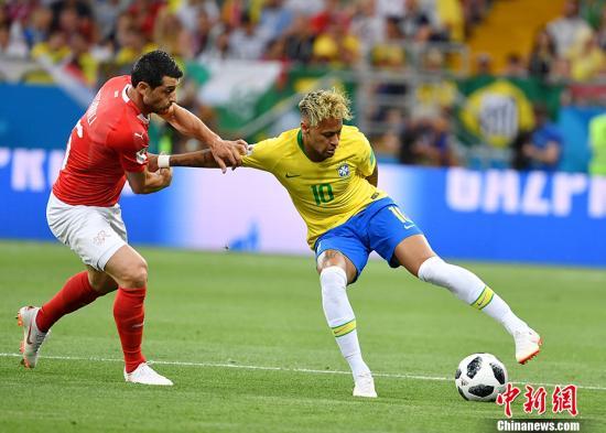 北京时间6月18日凌晨,世界杯小组赛E组首轮,巴西队对阵瑞士队。上半场,巴西队凭借库蒂尼奥禁区外的远射入网1-0领先对手。下半场,巴西队在控制上依旧占优,也形成多次有威胁地射门,但始终未能把比分扩大,反被瑞士队祖贝尔抓住角球机会头球攻门扳平比分,将1-1的比分带到终场。巴西队是本届世界杯夺冠大热门,然而此场比赛的对手瑞士队也是世界杯上的常客,目前世界排名更是高居第六,他们虽然缺乏大牌球星,但擅长整体作战。图为内马尔在场上。 <a target='_blank' href='http://www.chinanews.com/'>中新社</a>记者 毛建军 摄