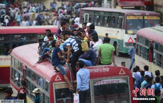 当地时间2018年6月18日,印度阿拉哈巴德,报考警校的考生参加笔试后搭乘巴士回家。