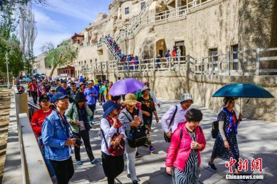 多量游人正在莫下窟景区观光旅游。王斌银 摄