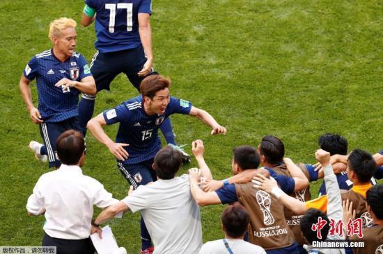 日本队庆祝进球。