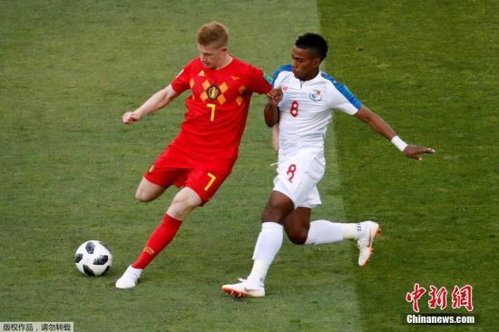 北京时间6月18日晚,俄罗斯世界杯小组赛G组首轮比利时与巴拿马的较量在索契打响。上半场,比利时队多次浪费破门良机,双方互交白卷。下半时,比利时队凭借默滕斯的凌空抽射和卢卡库的梅开二度,3-0完胜巴拿马队。图为德布劳内在赛场上。
