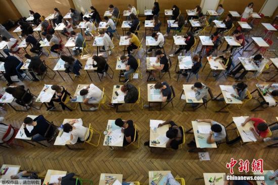 资料图:当地时间6月18日,法国高中毕业会考开考,学生们参加第一科——4小时的哲学考试。