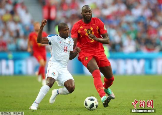 第76分钟,比利时快速反击,卢卡库单刀突入禁区挑射破门梅开二度,帮助比利时3-0领先。图为卢卡库在赛场上。