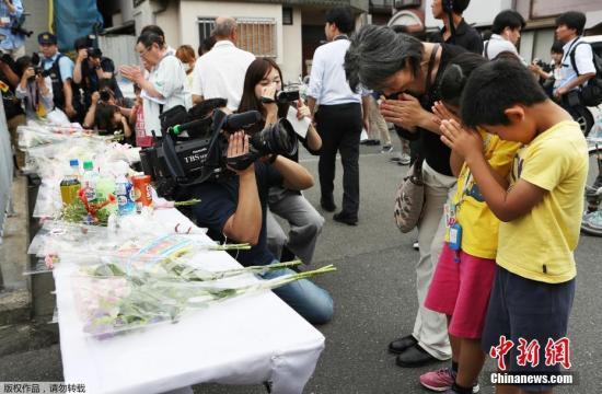 当地时间6月18日上午,日本大阪府发生6.1级地震。此次地震共造成4人死亡,其中一名9岁小女孩被该学校外围坍塌围墙压住丧生。19日上午,日本民众自发来到逝者遇难地,向死者献花表示哀悼。