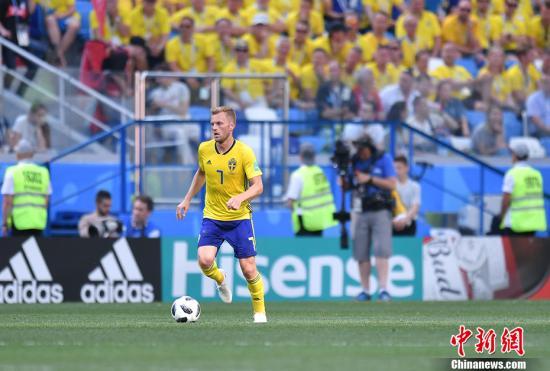 北京时间6月18日晚,2018俄罗斯世界杯F组首轮韩国队与瑞典队的较量在下诺夫哥罗德打响。凭借裁判通过VAR技术判罚的点球,瑞典队1-0击败韩国,全取三分。图为瑞典队塞巴斯蒂安・拉尔松在场上。 <a target='_blank' href='http://www.chinanews.com/'>中新社</a>记者 田博川 摄