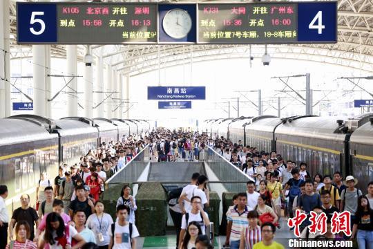 6月18日是2018年端午小长假最后一天,各地火车站迎来返程高峰。 张杰 摄