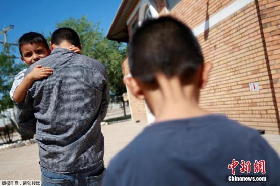 美国国土安全部统计,今年4月19日至5月31日,美墨边境1995名移民儿童被强行从父母身边带走。