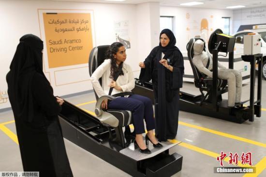 资料图:沙特首批女司机接受驾驶训练。