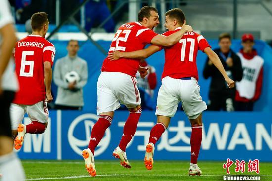 俄罗斯队员庆祝进球。 <a target='_blank' href='http://www.chinanews.com/'>中新社</a>记者 富田 摄