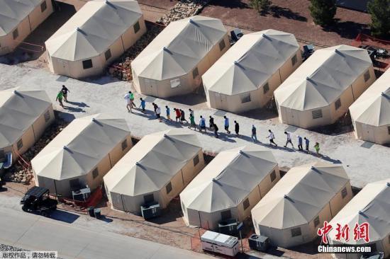 """资料图:美国边境安置未成年人的""""帐篷城""""。"""