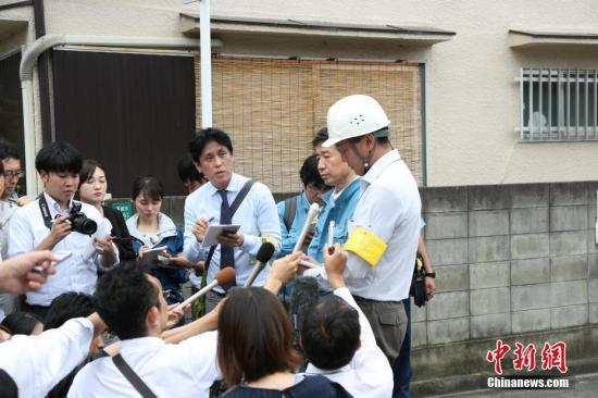 6月19日,日本政府派出调查小组对大阪府高�彩惺辛⑹偃傩⊙У奶�塌围墙进行调查,图为调查小组回答记者提问。在18日的大阪地震中,一名9岁小女孩因被该坍塌围墙压住而丧生。<a target='_blank' href='http://www.chinanews.com/'>中新社</a>记者 吕少威 摄