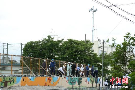 资料图:6月19日,日本政府派出调查小组对大阪府高槻市市立寿荣小学的坍塌围墙进行调查。在18日的大阪地震中,一名9岁小女孩因被该坍塌围墙压住而丧生。中新社记者 吕少威 摄