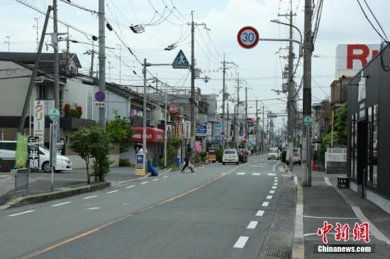 资料图:6月19日,日本大阪地震震中附近的居民生活基本恢复正常,街道上的大部分商店开始正常营业。中新社记者 吕少威 摄