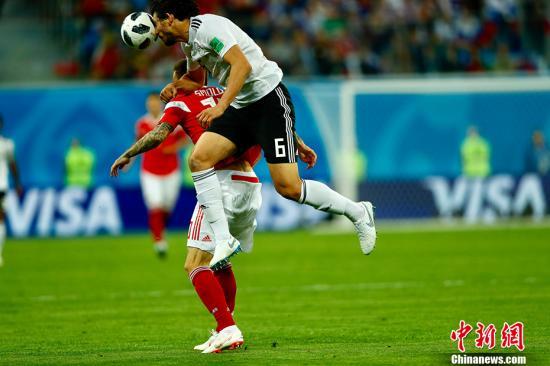 北京时间6月20日凌晨,世界杯小组赛A组第二轮一场比赛在东道主俄罗斯队和埃及队间进行。凭借下半时埃及队的自摆乌龙以及切里舍夫和久巴的进球,俄罗斯队三球领先,随后萨拉赫点射破门为埃及队扳回一城,最终俄罗斯队3-1战胜埃及,积6分极有可能提前一轮小组出线。 <a target='_blank' href='http://www.chinanews.com/'>中新社</a>记者 富田 摄