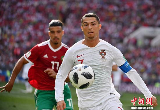 北京时间6月20日晚,2018俄罗斯世界杯B组次轮葡萄牙队与摩洛哥队的较量在莫斯科卢日尼基体育场打响。凭借C罗两场比赛以来的第4个进球,葡萄牙队1-0击败对手,积4分暂时升至小组榜首。而摩洛哥队两战皆负,成为本届世界杯第一支被淘汰的球队。 中新社记者 毛建军 摄