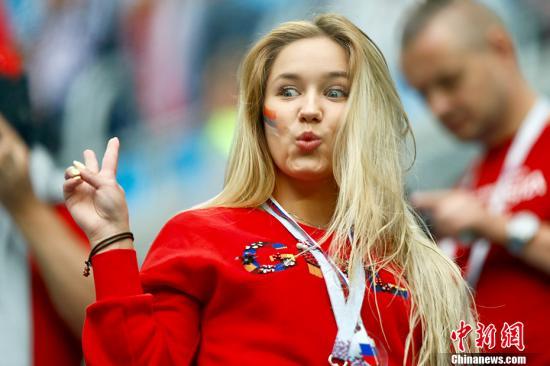 当地时间6月19日,2018俄罗斯世界杯小组赛A组俄罗斯对阵埃及的比赛将在圣彼得堡体育场举行。图为赛前球迷到场。 <a target='_blank' href='http://www.chinanews.com/'>中新社</a>记者 富田 摄