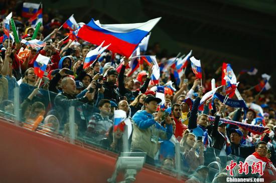 北京时间6月20日凌晨,世界杯小组赛A组第二轮一场比赛在东道主俄罗斯队和埃及队间进行。凭借下半时埃及队的自摆乌龙以及切里舍夫和久巴的进球,俄罗斯队三球领先,随后萨拉赫点射破门为埃及队扳回一城,最终俄罗斯队3-1战胜埃及,积6分极有可能提前一轮小组出线。图为看台上的俄罗斯球迷。 <a target='_blank' href='http://www.chinanews.com/'>中新社</a>记者 富田 摄