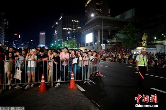 当地时间6月18日,首尔市中心的大屏幕上播放韩国与瑞典的比赛直播,大批民众被比赛画面吸引。