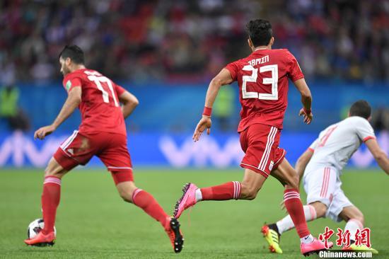 北京时间6月21日凌晨,2018俄罗斯世界杯B组次轮伊朗队与西班牙队的较量在喀山打响。西班牙队凭借迭戈科斯塔一记幸运的进球,一球小胜伊朗队,与葡萄牙同积4分并列小组第一。 <a target='_blank' href='http://www.chinanews.com/'>中新社</a>记者 田博川 摄