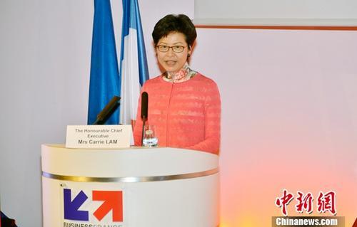 """香港中华总商会与法国商务投资署、中国工业经济联合会6月20日在巴黎共同举办商贸论坛,向当地工商界推广香港专业服务,并探讨如何利用香港的独特优势,配合""""一带一路""""建设,促进中国内地、香港和法国的经贸合作商机。来自中法两国的政商界和专业服务界代表近200人出席论坛。图为正在法国访问的香港特首林郑月娥应邀在论坛上发表主旨演讲。<a target='_blank' href='http://www.chinanews.com/'>中新社</a>记者 龙剑武 摄"""