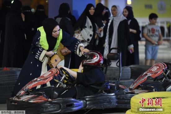 当地时间2018年6月21日,沙特女子参加女性驾驶培训活动,她们带着面纱利用汽车模拟器练习,还练习开小型赛车,为开车上路做准备。