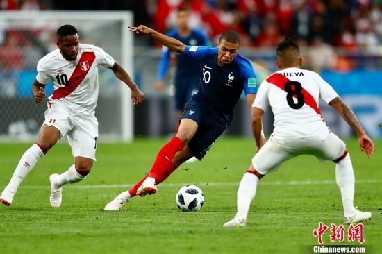比分的改变出现在第34分钟,法国队前场抢断,吉鲁扫射被秘鲁后卫铲抢后反弹到门前,姆巴佩无人防守,轻松破空门得手,19岁的姆巴佩打进世界杯首球。凭借此球,法国队1-0结束上半场比赛。 <a target='_blank' href='http://www.chinanews.com/'>中新社</a>记者 富田 摄