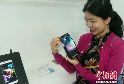 资料图:中国企业研发的可折叠电子屏。<a target='_blank' href='http://www.chinanews.com/'>中新社</a>记者 孙自法 摄