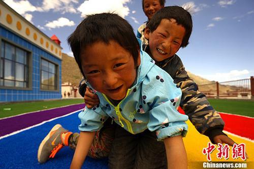 6月10至18日,西藏那曲市尼玛县荣玛乡实施生态搬迁,该乡牧民从海拔5000米左右的羌塘草原搬迁至海拔3800米的拉萨市堆龙德庆区。图为6月20日,牧民的孩子们在安置点新建的幼儿园内玩耍。中新社记者 江飞波 摄
