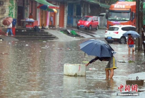 资料图:暴雨致广西柳州一街道被淹 。 朱柳融 摄