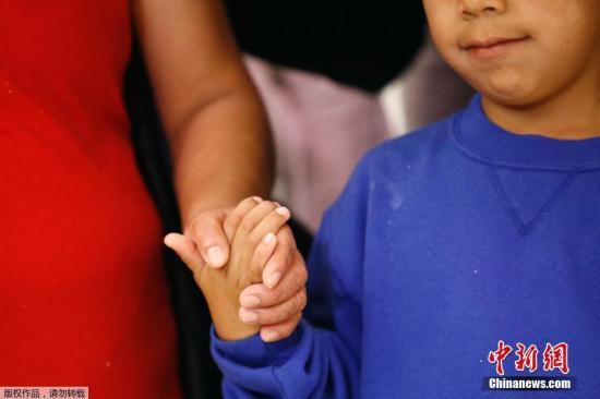 当地时间2018年6月22日,美国马里兰州林西克姆,Darwin Micheal Mejia同母亲Beata Mariana de Jesus Mejia-Mejia团聚,母子在巴尔的摩/华盛顿瑟古德-马歇尔国际机场团聚。据悉,这对母子在美国边境被迫分离,在Mejia-Mejia起诉美国政府之后,司法部门同意释放其儿子,使母子团聚。