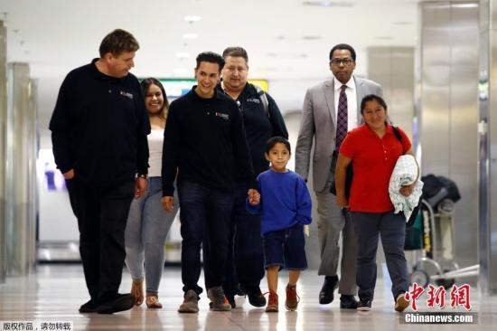 当地时间2018年6月22日,美国马里兰州林西克姆,Darwin Micheal Mejia同母亲Beata Mariana de Jesus Mejia-Mejia团聚,母子在?#25237;?#30340;摩/华盛顿瑟古德-马歇尔国际机场团聚。据悉,这对母子在美国边境被迫分离,在Mejia-Mejia起诉美国政府之后,司法部门同意?#22836;?#20854;儿子,使母子团聚。