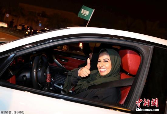 当地时间2018年6月24日,沙特阿尔科巴尔,沙特女性驾驶禁令正式解除,首批女司机上路。