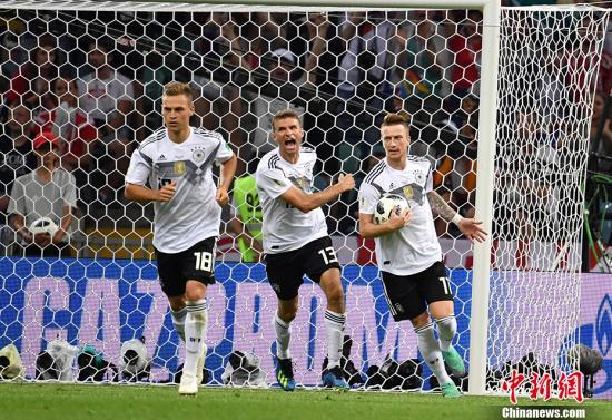 图为罗伊斯打进德国队首球。 中新社记者 毛建军 摄