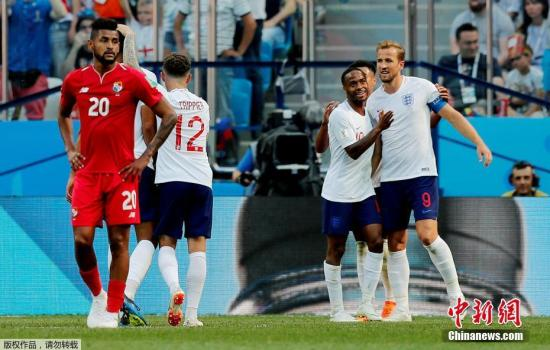 图为英格兰队庆祝进球。
