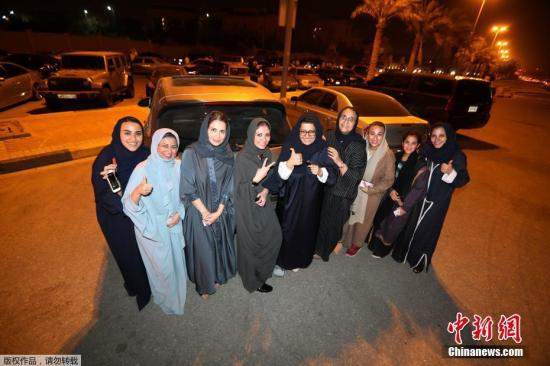 6月4日,沙特阿拉伯首次向该国女性颁发了驾照。当局向首批10名女性颁发了驾照。