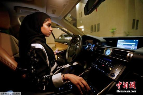 据阿拉伯卫星电视台从沙特各大城市报道,数十名女性在法令生效后第一时间就驾车上街。