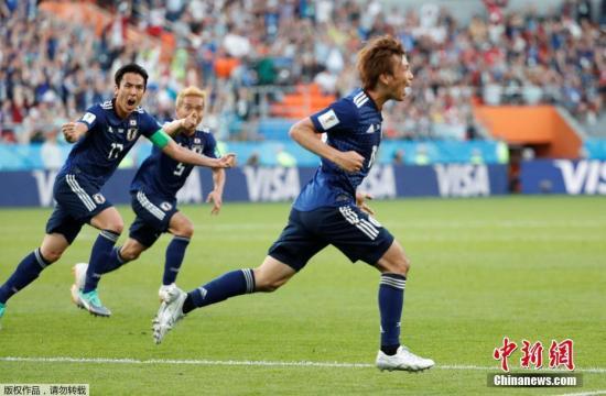 图为日本队员庆祝进球。