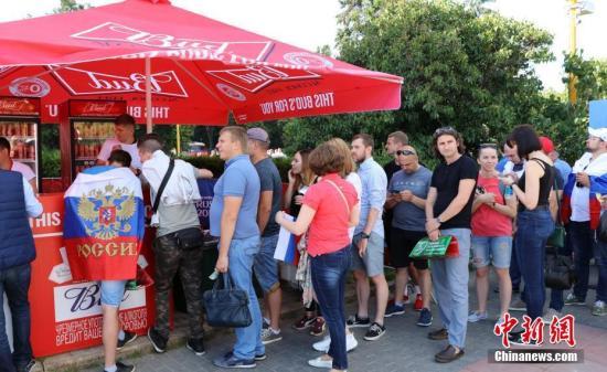 6月25日 俄罗斯队迎战乌拉圭队。赛前球迷们在莫斯科麻雀山的球迷节上为比赛预热。 <a target='_blank' href='http://www.chinanews.com/'>中新社</a>记者 王修君 摄