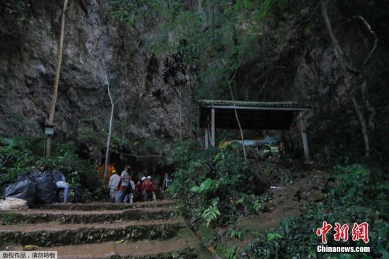 资料图:当地时间6月25日,泰国清莱一支16岁以下足球队的13名队员被困在Tham Luang洞穴内,救援人员赶到现场展开营救。