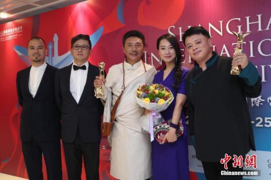 6月24日晚,第21届上海国际电影节金爵奖颁奖典礼在上海大剧院举行。中国影片《阿拉姜色》夺得评委会大奖和最佳编剧两项大奖。 中新社记者 张亨伟 摄