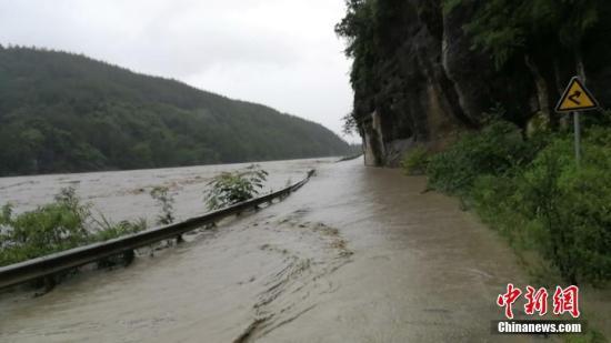 资料图:暴雨灾害下发生道路塌方、泥石流、路基塌陷等。 警方供图