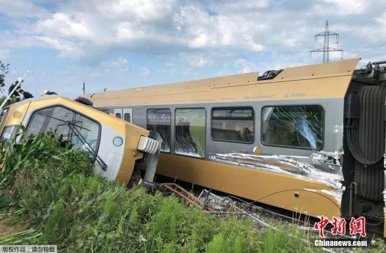 当地时间6月26日,奥地利圣帕尔滕一列火车发生脱轨事故,造成两人重伤,直升机抵达现场参与救援。