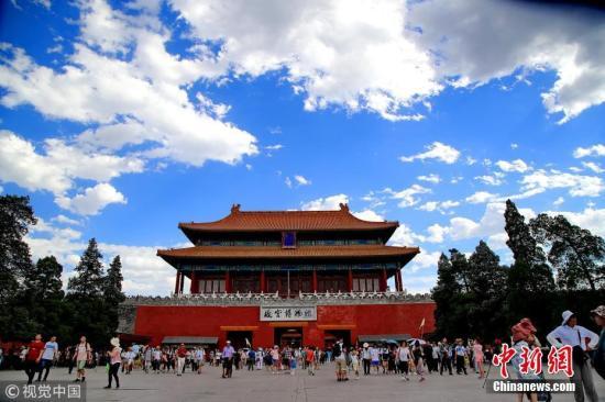 资料图:北京蓝天颜值爆表 刘宪国 摄 图片来源:视觉中国