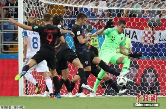 当地时间6月26日,俄罗斯世界杯小组赛D组最后一轮同时打响。已经提前出线的克罗地亚在罗斯托夫体育场2-1击败冰岛,以三连胜的战绩强势跻身小组第一,而新军冰岛队则饮恨出局。